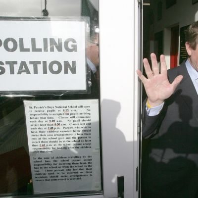 Myhäilevä Enda Kenny poistuu Pyhän Patrickin poikakouluun perustelusta vaalihuoneistosta. Hänen puolueensa