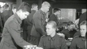 Sotilaat ruokailemassa