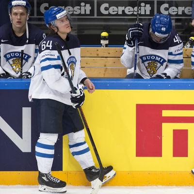 Mikael Granlund och Aleksander Barkov deppar efter lejonens finalförlust.
