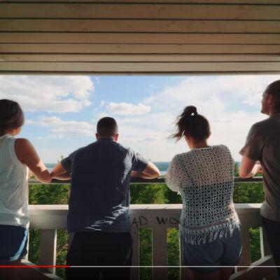 Neljä nuorta Haralan harjun näkötornissa Kangasallla