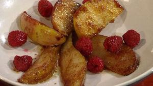 Karamellisoituja omenoita ja päärynöitä.