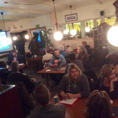 Raseborgare samlade i Fokushusets cafeteria för att diskutera husets framtid.