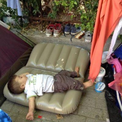 Flyktingbarn på Kos som somnat.