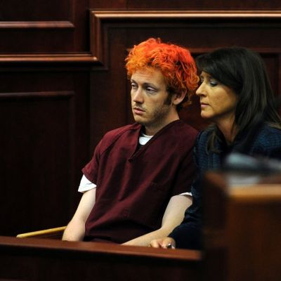James Holmes istuu oikeudessa puolustusasianajajansa Tamara Brady vierellään.