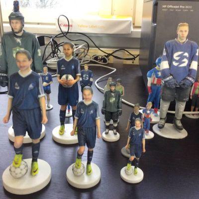 Nuorista urheilijoista tehtyjä 3D-minipatsaita