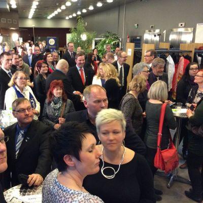 Oulun vaalivalvojaisissa alkoi olla tiivis tunnelma, kun ennakkoäänten julkistaminen lähestyi.