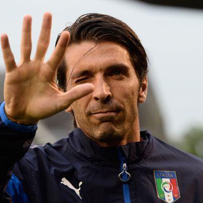 Italian maalivahti Gianluigi Buffon tervehtii.