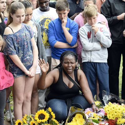 Ihmisiä suremassa Nelson Mandelan kodin ulkopuolella Johannesburgissa 6. joulukuuta.
