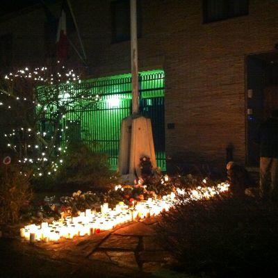 Kynttilöitä Ranskan suurlähetystön edessä Helsingissä 14. marraskuussa.