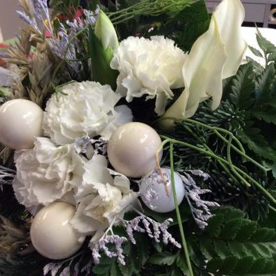 Valkoinen on suosittu väri joulukukka-asetelmissa.