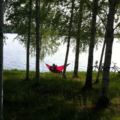 Riippumatto järven rannalla.