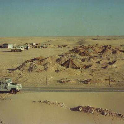 Telttoja ja YK:n maastoauto aavikolla.