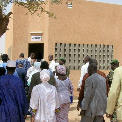 Nigeriläisiä ja yhdysvaltalaisia tutustumassa juuri avattuun äitiysklinikkaan