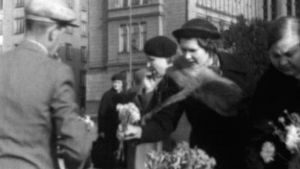 Nainen ostaa kukkia torimyyjältä Helsingissä 1938