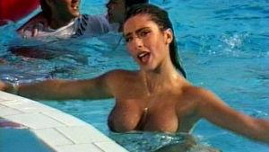 Sabrina laulaa videolla uima-altaassa rinnat paljaina.