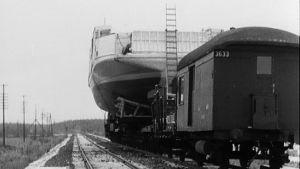 Juna kuljettaa lossia