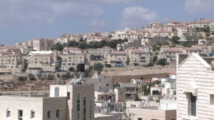Bild på Nahalin (närmast kameran) och bosättningen Beitar Illit (i bakgrunden).