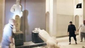 IS förstör historiska föremål på museum i Mosul.