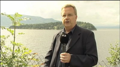 Bengt Östling med tv-mikrofon, rapporterande från Utöya.