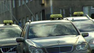 Tre taxibilar i trafik