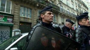 Poliser utanför brottsplatsen, ett kurdiskt kulturcenter, Paris