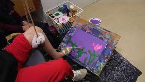 Rosling målar med sin vänstra fot