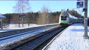 Snabbtåg kör förbi Ingå station