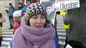 Ukrainskan Iryna Hluschchuk demonstrerade på riksdagshusets trappa i Helsingfors