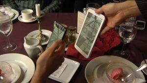 Kund betalar med bitcoins via mobiltelefon