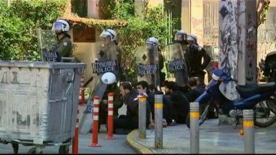 Polisen arresterar demonstranter