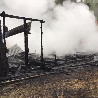 Imatran Lapinkävijöiden kajakkivajassa syttynyt tulipalo tuhosi viitisenkymmentä kajakkia.