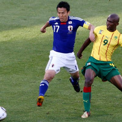 Japanin Makoto Hasebe (vas.) ja Kamerunin Samuel Eto'o (oik.) tavoittelevat palloa.