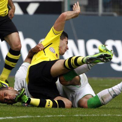 Dortmundin Robert Lewandowski ja Mönchengladbachin Alvaro Dominguez taistelemassa pallosta.
