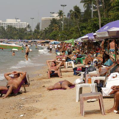 Turisteja rannalla Pattayassa, Thaimaassa helmikuussa 2013.