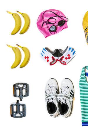 Erilaisia liikuntavälineitä ja tarvikkeita valkoisella pohjalla: uimalakki ja uimalasit, pyöräilyhanskat, erilaisia lenkkareita ja urheilutoppeja, räpylät, pyöränpolkimia, urheilulaseja, pyöräilykypärä, banaaneja ja jumipalloja.