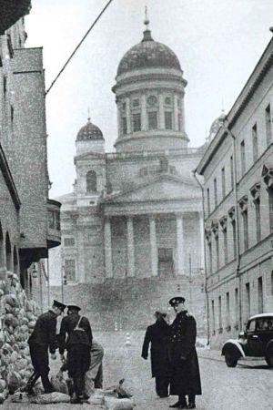 Helsingin poliisilaitoksen ikkunoita suojataan hiekkasäkeillä.