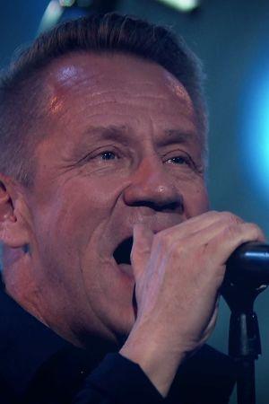 Lähikuva Olli Lindholmin kasviosta, kun hän laulaa SuomiLOVEssa.