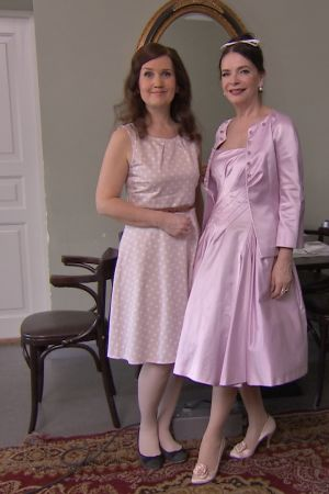 Pia-Maria Lehtola och Arja Könönen i klänningar