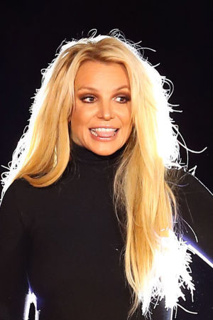Britney Spears på svart bakgrund, ovanpå en bild på Svenska Yles kulturredaktör Kia Svaetichin.