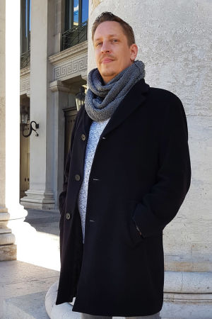 Basso Mika Kares Baijerin valtionoopperan portailla 8.3.2020.