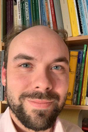 Kapellimestari ja Savonlinnan oopperajuhlien taiteellinen johtaja Ville Matvejeff selfiessä kotonaan koronakeväänä 2020.