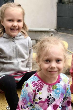 Fyra barn sitter på en lekplats