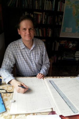 Pianisti, säveltäjä ja kapellimestari Olli Mustonen työpöytänsä ääressä koronakeväänä 2020.