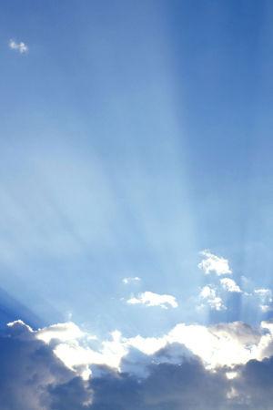 auringonvalo pilvien takaa