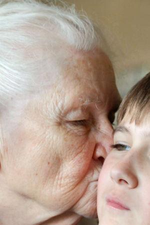 Mummo pussaa lastenlasta poskelle