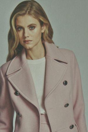 En kvinna rosafärgad yllekavaj.