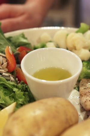 Ett exempel på tallriksmodellen med grönsaker, potatis, kyckling och olja.
