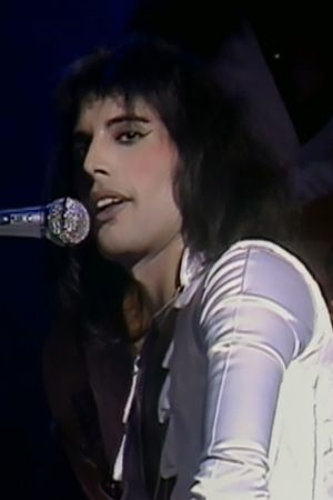 Freddie Mercury Hammersmith Odeonissa 1975. Kuva dokumentista Queen: From Rags to Riches. Myös konserttitaltiosta Queen: A Night at the Odeon.