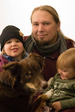 Isä, kaksi lasta ja koira.