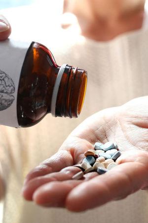 ADHD-lääkkeitä kaadetaan kämmenelle